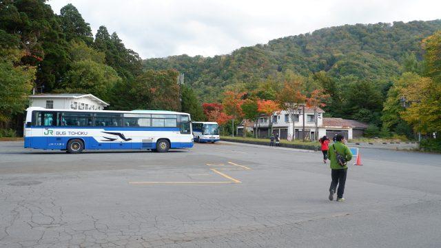 Keberangkatan Bus tepat di belakang gedung