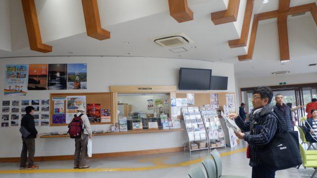 Terdapat pusat informasi juga di dalam Ruang tunggu