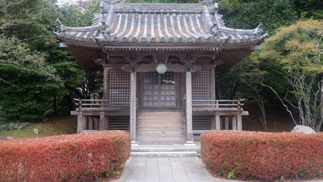 di dalam nya juga terdapat kuil-kuil bisa untuk berdoa